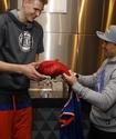 Головкин обменялся сувенирами с игроком НБА перед матчем
