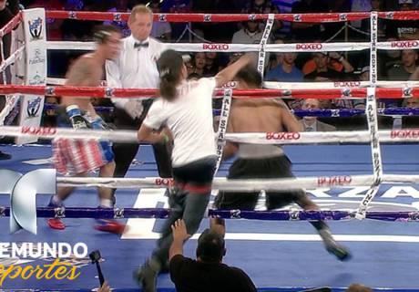 Выбежавший на ринг во время боя фанат спас боксера от нокаута и помог ему победить