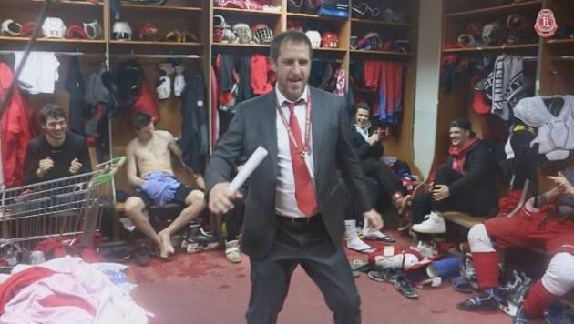 Тренер станцевал перед хоккеистами в раздевалке после вылета команды из плей-офф МХЛ