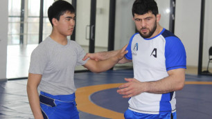 Олимпийский чемпион из России показал алматинским детям свои коронные борцовские приемы
