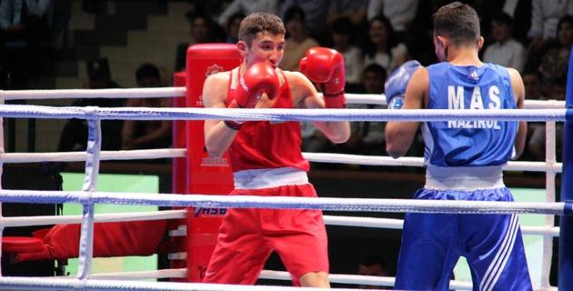 Казахстанец Курметов отправил соперника в нокдаун и вышел в четвертьфинал ЧА по боксу