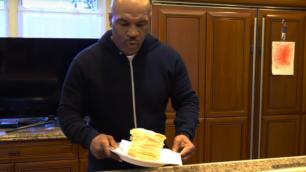 """""""Настоящий козий сыр с казахстанской горы GGG!"""". Как Майк Тайсон """"заставил"""" своего соседа отведать сэндвич"""
