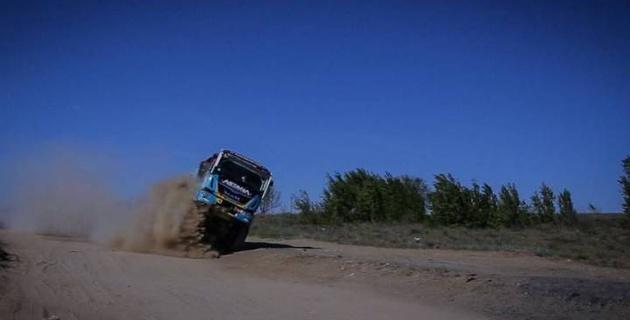 "В сети набирает популярность видео трюка грузовика Astana Motorsports в стиле ""Дакара"" под Актобе"