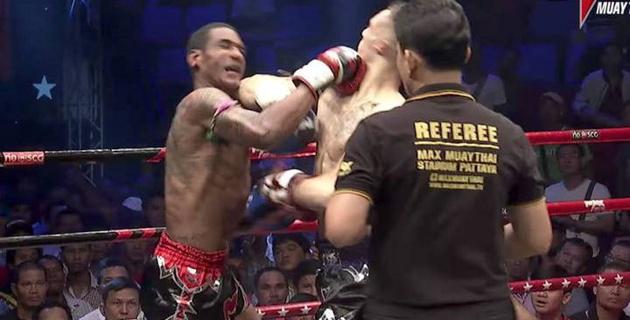Два бойца одновременно отправили друг друга в нокдаун на турнире по тайскому боксу