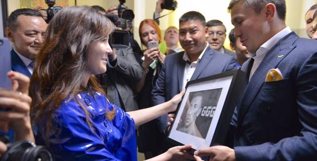 Поклонница Головкина приехала из Алматы в Караганду и подарила ему портрет