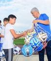 Аким Алматинской области принял участие в футбольном матче в рамках празднования Дня спорта