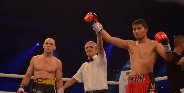 Казахстанец Нурсултанов за 50 секунд уничтожил и выбил с ринга бразильца в вечере бокса Ислам - Кук