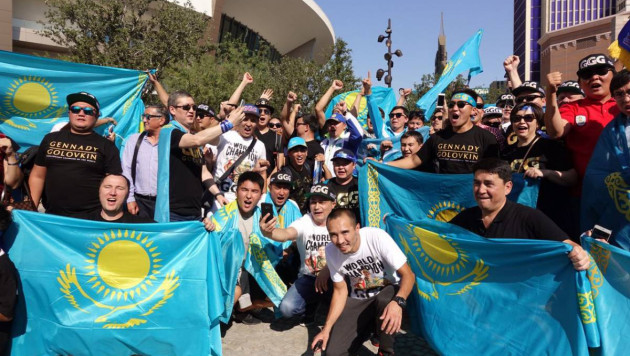 Казахстанцы устроили шествие с флагами в Лас-Вегасе в поддержку Головкина