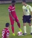 Футболист вытер забрызганную спреем бутсу об арбитра, получил желтую и забил со штрафного в девятку
