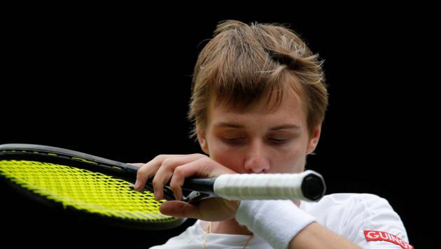 Казахстанский теннисист Бублик необычным ударом в падении выиграл очко и победил в матче