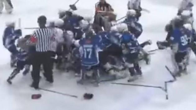 """""""Понеслось. Натуральное мочилово"""". Комментатор зажег во время массовой драки детских хоккейных команд"""