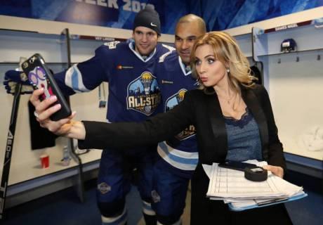 Дарья Миронова с Доусом и Веем. Фото пресс-службы КХЛ