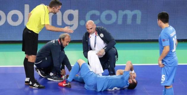 Нападающий сборной Казахстана сломал ногу и пропустит матч за выход в полуфинал Евро-2018 по футзалу