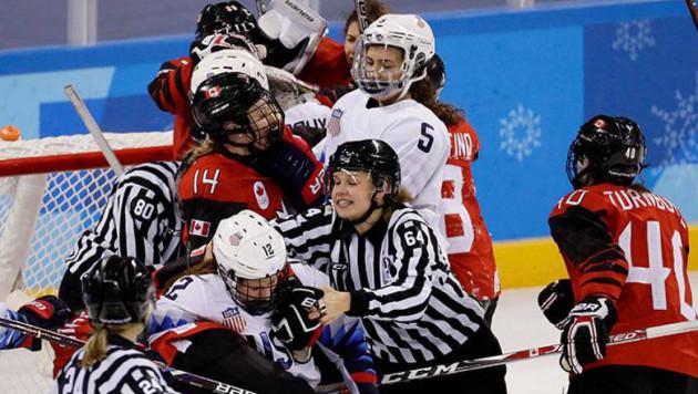 Хоккеистки сборных США и Канады устроили массовую потасовку на последней секунде матча олимпийского турнира