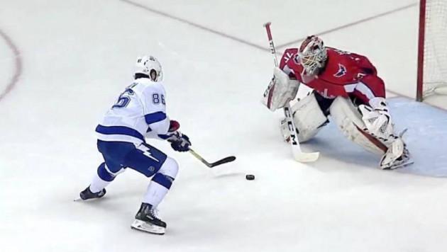 Российский хоккеист НХЛ обманул голкипера и забил ему между ног без броска