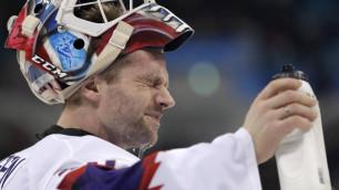 Вратарь сборной Норвегии потерял линзу во время матча и пропустил три шайбы от российских хоккеистов