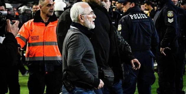 Владелец греческого клуба выбежал на поле с пистолетом после отмененного гола