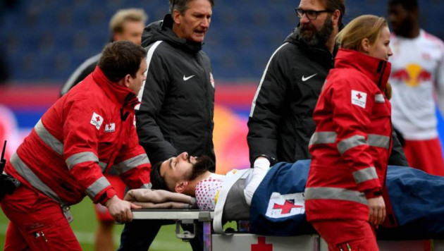 Футболист на четыре минуты потерял сознание после столкновения с соперником во время матча