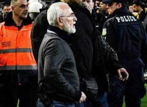 Выбежавший на поле с пистолетом владелец греческого клуба отстранен от футбола на три года