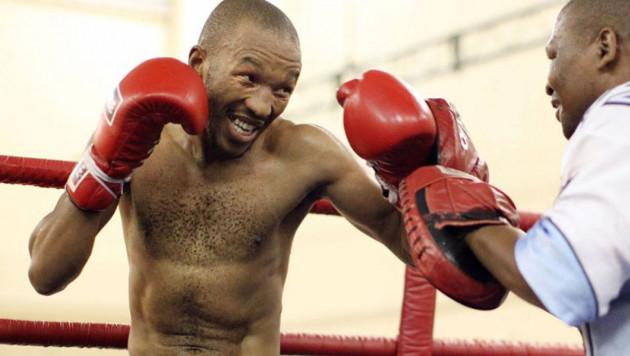 Бывший трехкратный чемпион мира по боксу сломал обе ноги в ДТП