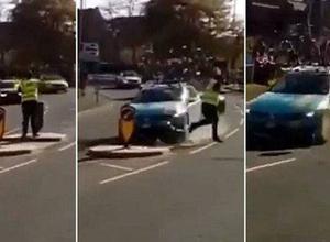 """Машина велокоманды """"Астана"""" врезалась в дорожный знак и едва не сбила человека на гонке"""