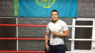 Казахстанский боксер Рысбек за минуту нокаутировал соперника и выиграл четвертый бой