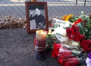 Алматинцы несут цветы к месту смертельного ранения Дениса Тена