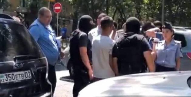 Видео: Подозреваемого в убийстве Дениса Тена привезли на место преступления