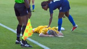 18-летняя футболистка пропустила удар мячом в лицо и ушла в нокаут