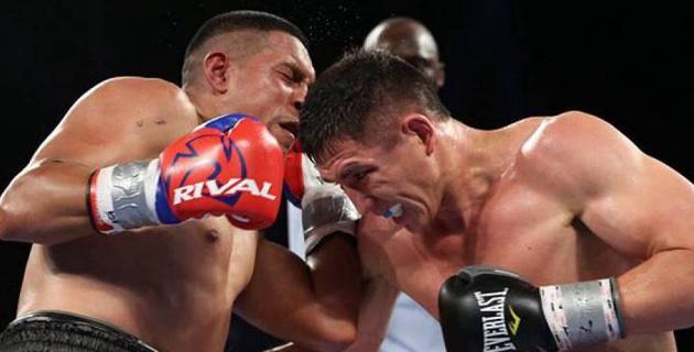 Казахстанский боксер одним ударом выбил капу у соперника и продолжил его избивать