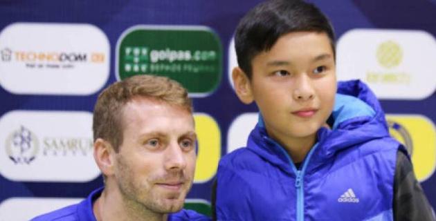 Футболисты сборной Казахстана встретились с болельщиками