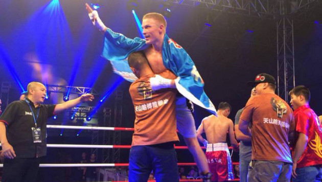 Казахстанский легковес отправил в тяжелый нокаут соперника и выиграл седьмой бой на профи-ринге