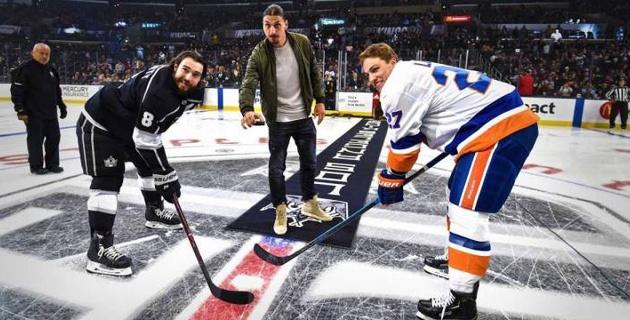 Златан Ибрагимович сделал символическое вбрасывание шайбы и ударил по мячу в матче НХЛ