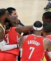 Одноклубник ЛеБрона Джеймса плюнул сопернику в лицо и спровоцировал драку в матче НБА