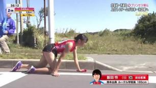 Японка со сломанной на марафоне ногой доползла до финиша на четвереньках и стерла колени в кровь