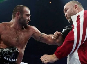 Боксер расстроился из-за поражения и ударил своего тренера сразу после боя