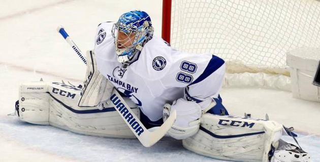 Российский вратарь в падении отбил шайбу головой в матче НХЛ