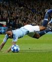 Футболист запнулся о газон и заработал нелепый пенальти в матче Лиги чемпионов