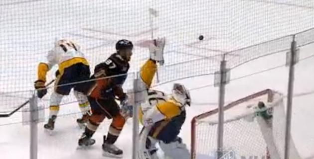 Лучший голкипер НХЛ отразил шайбу из-за спины и спас команду от гола