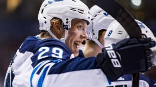 Финский хоккеист забросил пять шайб в одном матче и возглавил гонку снайперов НХЛ