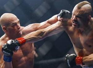 """Нокаутом завершился организованный промоутером """"Канело"""" бой между экс-чемпионами UFC"""