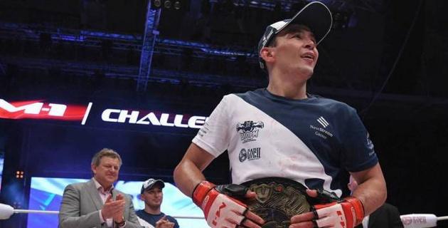 Дамир Исмагулов вышел с флагом Казахстана и победил в дебютном бою в UFC