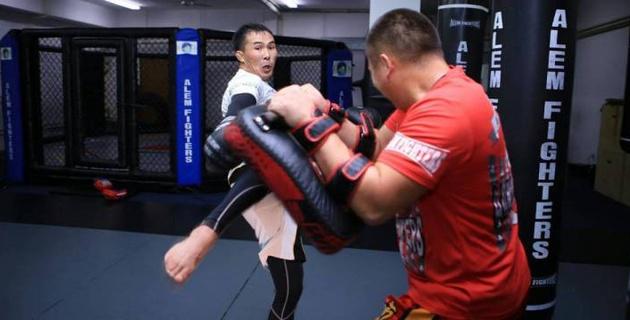 Казахстанский боец проиграл в бою за чемпионский пояс американского промоушена в наилегчайшем весе