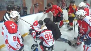 Тренер спас жизнь хоккеисту прямо на льду