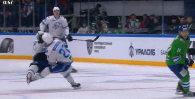 """Форварды """"Барыса"""" Фрэттин и Боченски столкнулись друг с другом во время матча и покинули лед"""