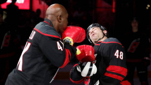 "Легендарный боксер Холифилд ""нокаутировал"" хоккеиста после матча НХЛ"