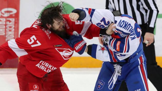 Матч с драками хоккеистов и фанатов принес СКА первую победу в плей-офф КХЛ