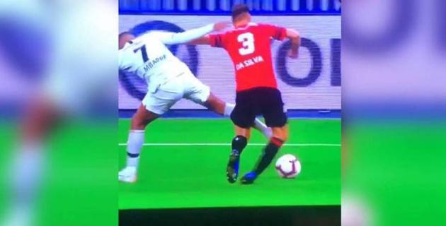 Лучший молодой игрок ЧМ-2018 из ПСЖ жестоко ударил соперника в колено и был удален в финале Кубка Франции