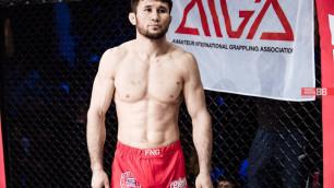Казахстанец проиграл экс-бойцу UFC в поединке за чемпионский титул