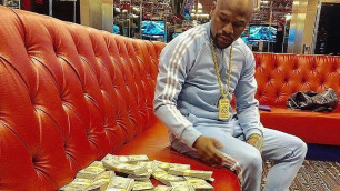 Мейвезер опубликовал видео с пачками денег
